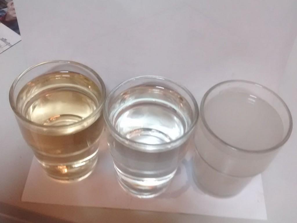 Produkte aus dem RWF-Wasserhaus (von links nach rechts): Goldwasser (Flüssigdünger aus Schwarzwasser), Betriebswasser (aufbereitetes Grauwasser), Grauwasser. Foto: Erwin Nolde