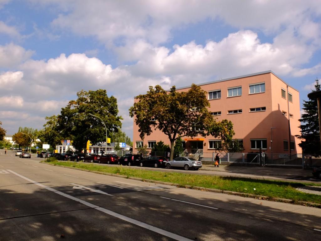 Bestand Gewerbebau - Büro- und Ausbildungsstandort der Berliner Stadtreinigung (BSR) im Untersuchungsgebiet Innenstadt/ Mierendorff-Insel. (c) ROOF WATER-FARM, Foto: Tim Nebert