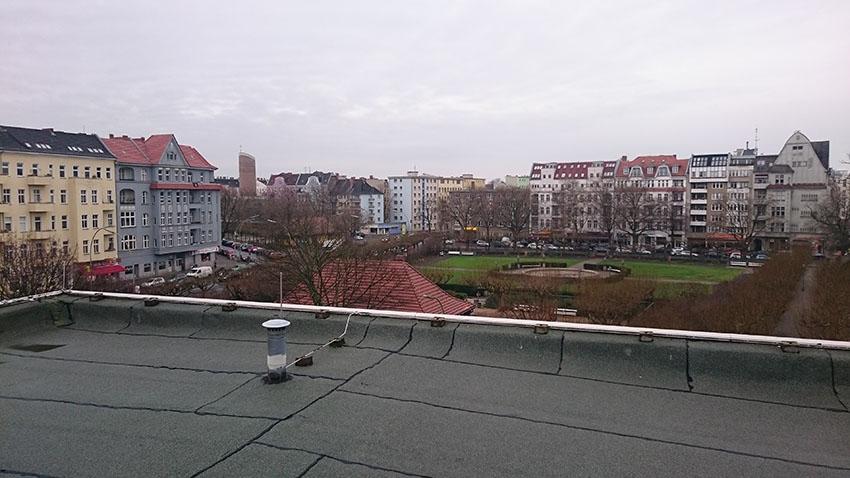 Blick vom Bürogebäude auf den Mierendorffplatz. (c) ROOF WATER-FARM, Foto: Grit Bürgow