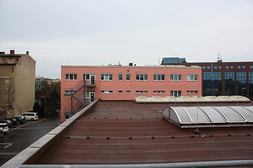 Blick über das Dach der Werkstatthalle auf daran anschließendes Bürogebäude.(c) ROOF WATER-FARM, Foto Tim Nebert
